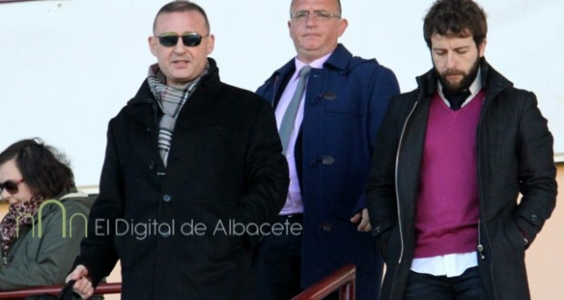 Garrido acompañado por Castelo y Víctor Moreno tras un partido