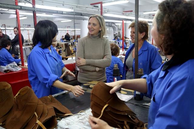 2015011617 Carmen Casero visita fabrica calzado Almansa-2