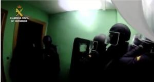 Momento de la entrada de efectivos de la Guardia Civil en una vivienda de Albacete