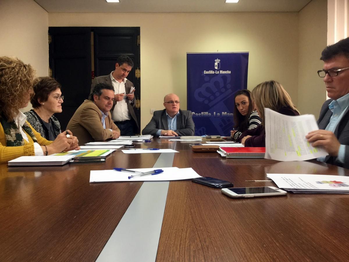 Reunión de coordinación entre el delegado de la Junta, Pedro Antonio Ruiz Santos y los directores provinciales, en la Sala de Juntas de la Casa Perona