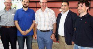 Agustín Rabadán, acompañado por el alcalde de la Roda y el director general de Deportes de la JCCM