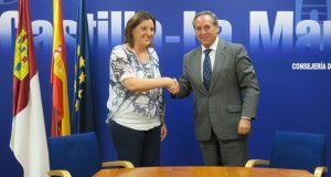 La consejera de Economía, Empresas y Empleo, Patricia Franco, con el presidente de CECAM, Ángel Nicolás