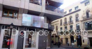 Una pantalla LED situada en el exterior de un edificio del centro de Albacete
