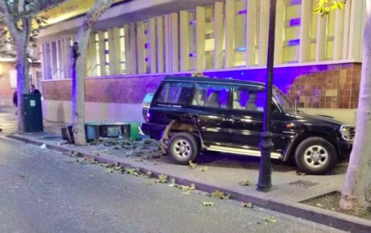 Un todoterreno choca contra el edificio de correos en for Oficina correos albacete