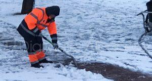 operario-limpieza-nieve