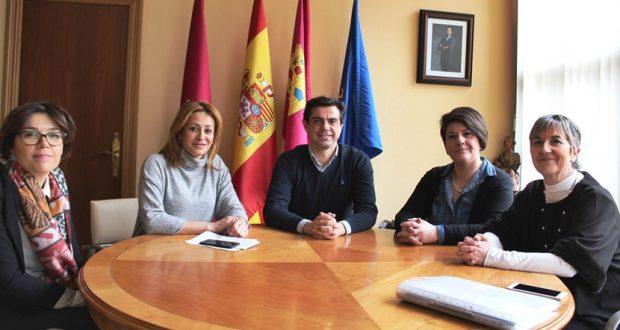 Foto.Javier Cuenca durante la reunión mantenida con la nueva presidenta de APRECU, María Pilar Jiménez.28-2-17