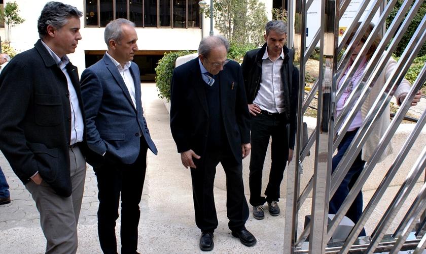 Foto. El Ayuntamiento de Albacete mejora la estética del acceso al Museo Provincial gracias a una nueva puerta diseñada por Antonio Escario. 210417 (2)