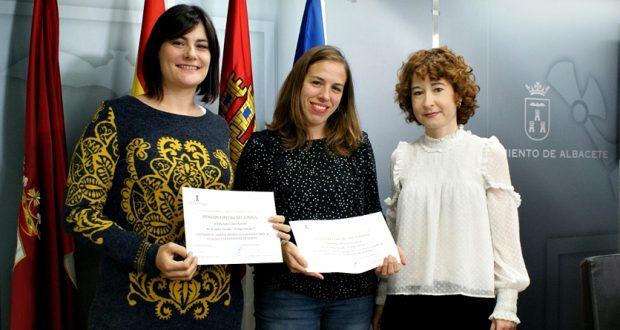 Foto. Mª Ángeles Martínez destaca la alta participación en el I Certamen de Cuentos Ilustrados para la Igualdad y la Diversidad de Género. 280417 (3)
