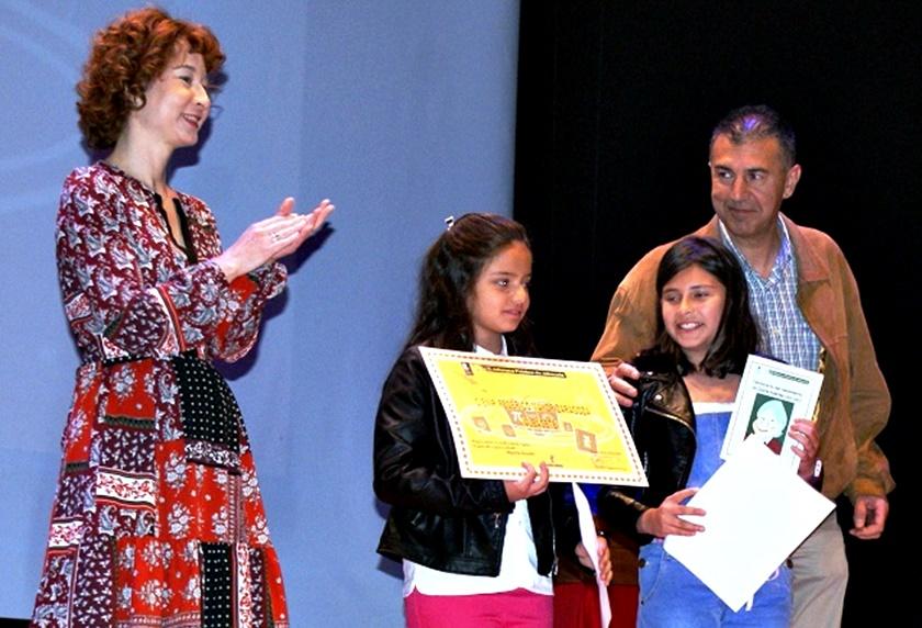 Foto. Mª Ángeles Martínez participa en la entrega de diplomas del Certamen de Libros Gigantes. 210417 (2)