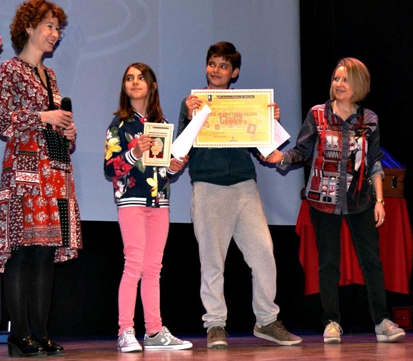Foto. Mª Ángeles Martínez participa en la entrega de diplomas del Certamen de Libros Gigantes. 210417