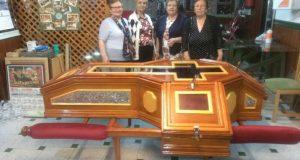 Artesanas, piezas de orfebrería que adornan la urna