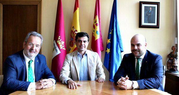 Foto.Javier Cuenca se reúne con el nuevo director territorial de Caja Rural de Castilla-La Mancha en Albacete, Carlos Prior.19-6-17