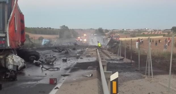 Resultado de imagen de Trágico choque frontal de dos camiones cerca de Albacete