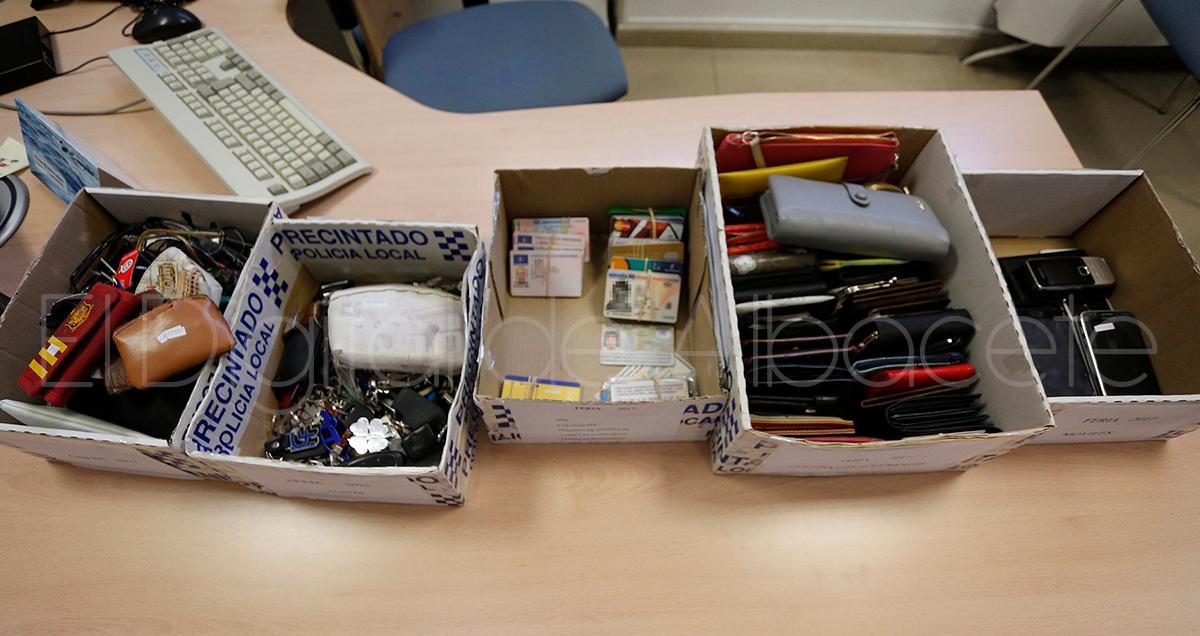 V deo m s de 400 objetos perdidos durante la feria de albacete esperan a su due o en la - Oficina de objetos perdidos ...