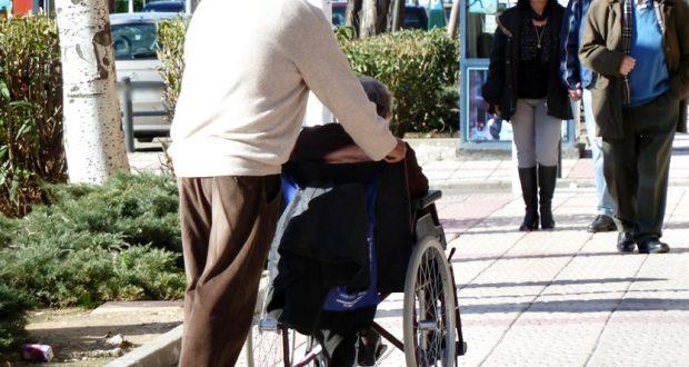 gente mayor mayores dependencia silla de ruedas